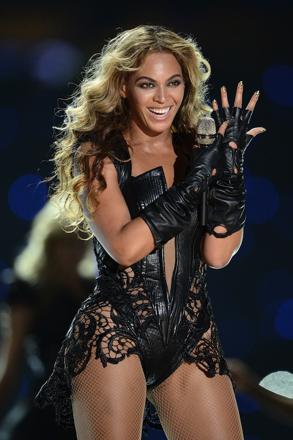 Beyoncé ROCKS Chevron Gold Minx Nails at Superbowl!